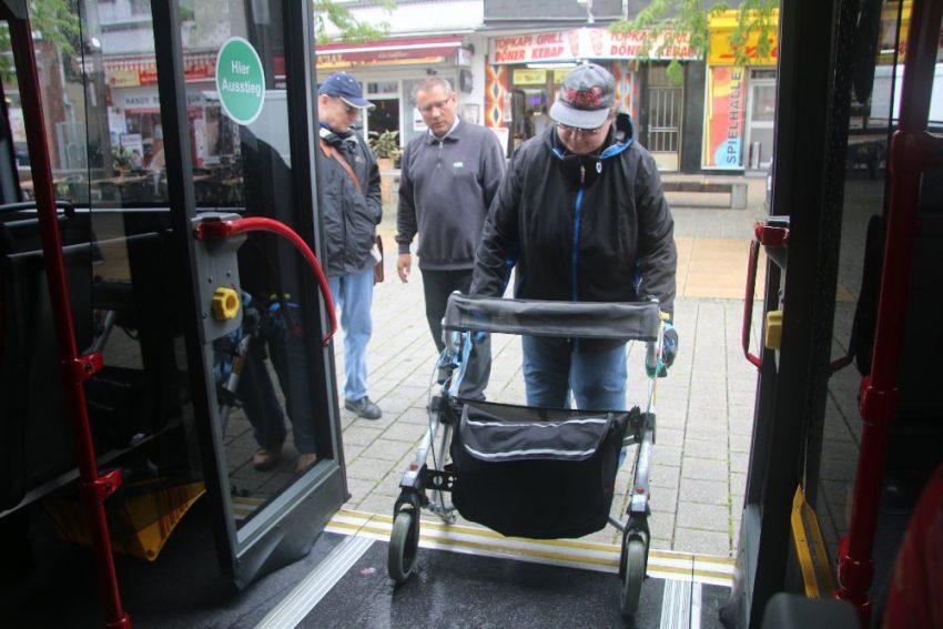 Senioren üben auf der Bahnhofstraße den Umgang mit dem Rollator.