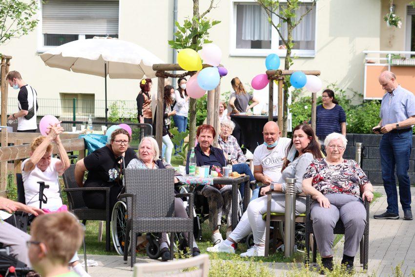 Bewohner, Angehörige und Mitarbeiter hatten viel Spaß beim 60er-Jahre Sommerfest.