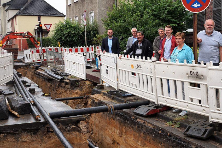 Anwohner und Mitarbeiter der Stadtwerke und Innovation City Herne an der BauStelle zum Fernwärmeausbau in der Hiberniastraße.