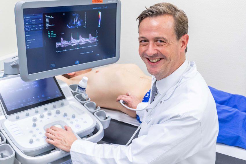Prof. Dr. Timm Westhoff, Klinikdirektor der Medizinischen Klinik I des Marien Hospital Herne – Universitätsklinikum der Ruhr-Universität Bochum, untersucht mittels eines Ultraschalls Verengungen der Nierenarterien, die auf Bluthochdruck hindeuten können.