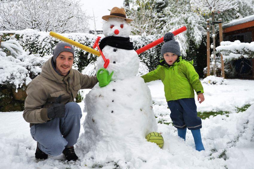 Der Schneemann mit seinen Erbauern,