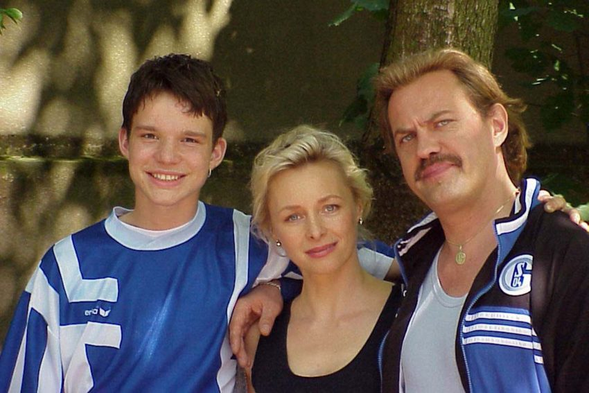 Die Familie Pollak mit Sohn Ernst (Tobias Schenke), Vater Hans (Uwe Ochsenknecht) und Mutter Hilde (Marita Marschall).