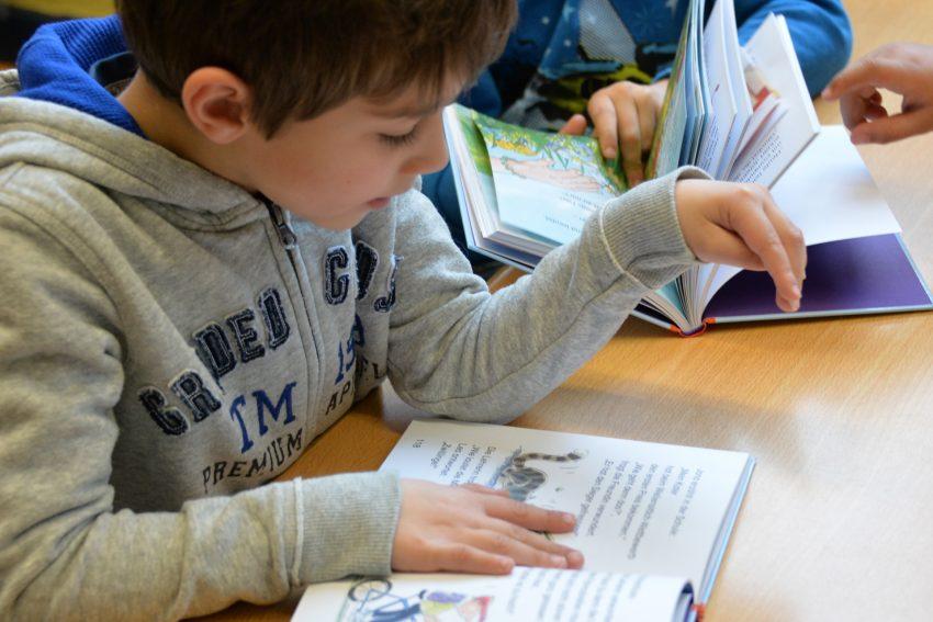 Mitglieder des Fördervereins der Stadtbibliothek brachten die ABC-Lesebeutel zu den Schülern der Barbaraschule.