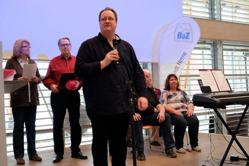 Wolfgang Ballhausen leitet den Chor der schrägen Töne.