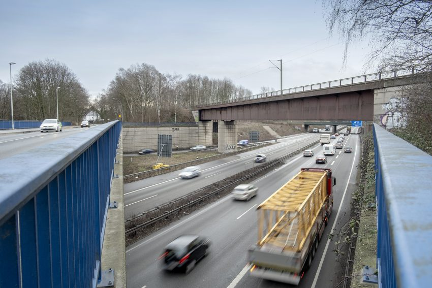 Die Eisenbahnbrücke über die A43 an der Cranger Straße in Herne (NW), am Freitag (08.02.2019).