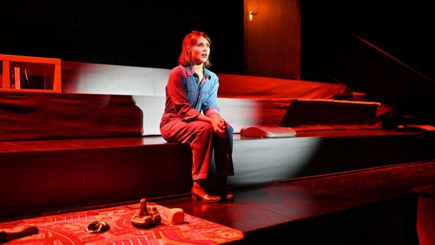 """Yvonne Forster in Hans Drehers Inszenierung """"All das Schöne"""" am Prinzregenttheater Bochum."""