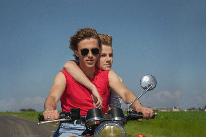 Alexis (Félix Lefebvre) und David (Benjamin Voisin) genießen ihre Zweisamkeit an der malerischen Küste der Normandie.