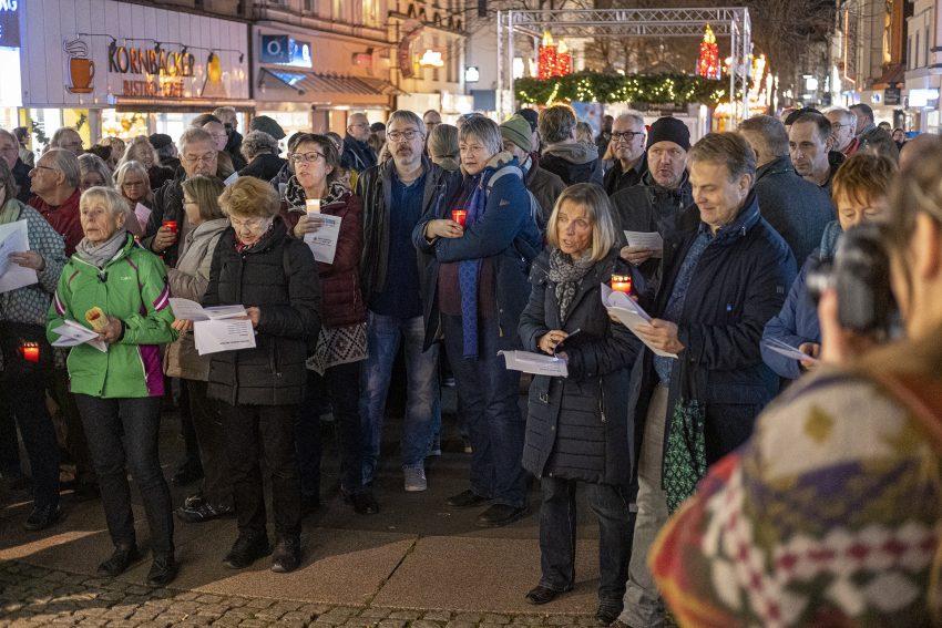 Demo gegen Rechtsextremismus in Herne (NW), am Dienstag (17.12.2019). Im Bild: Demonstration von Bündnis Herne auf der Bahnhofstraße.Foto: Stefan Kuhn