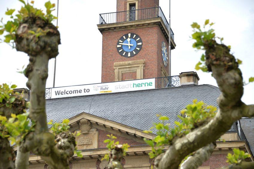 Banner auf dem Rathaus zur Innovation City.