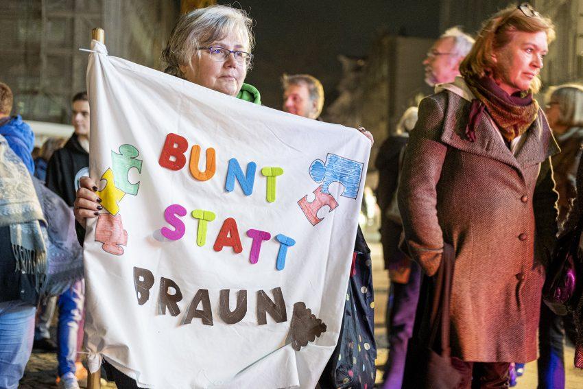Protest gegen den Aufmarsch von Rechtsextremisten in Herne (NW), am Dienstag (05.11.2019). Im Bild: Demonstrantin Livia Leichner auf dem Robert-Brauner-Platz.Foto: Stefan Kuhn