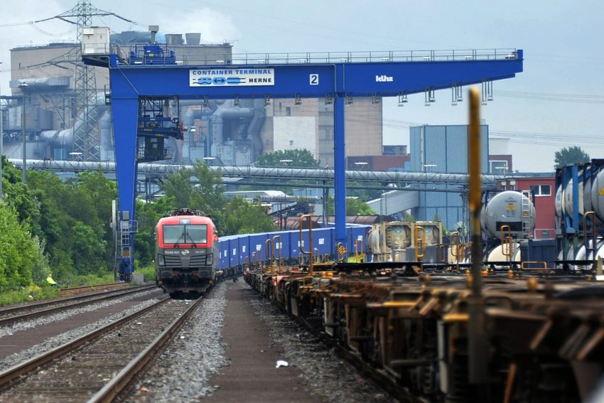 Der Güterzug aus China fährt in den Container-Terminal ein.