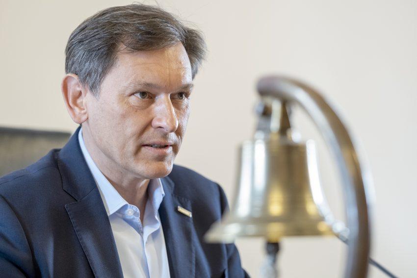 Oberbürgermeister Dr. Frank Dudda (SPD) im Ratssaal in Herne (NW), am Donnerstag (29.04.2021).