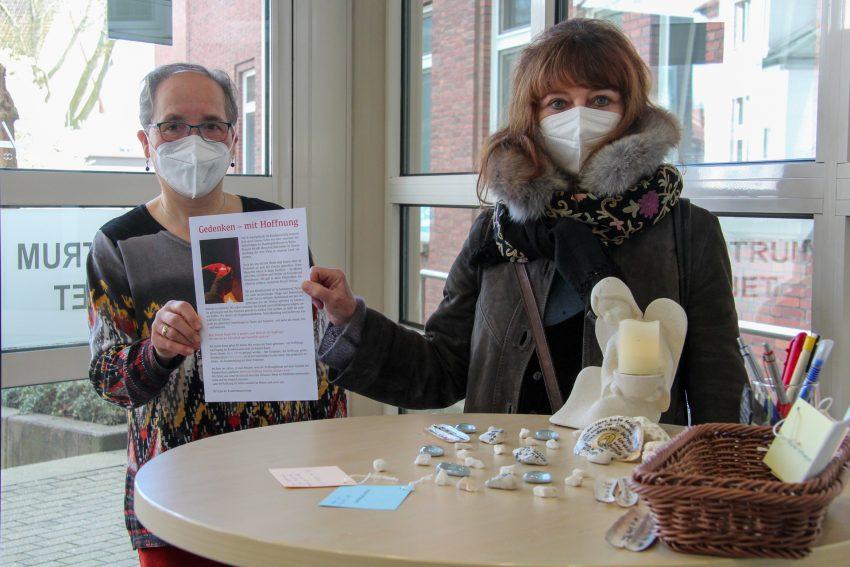 Die Krankenhausseelsorgerinnen Cornelia Kenkel (l.) und Dr. Zuzanna Hanussek begleiten die Aktion 'Baum der Hoffnung' anlässlich des Gedenktags 18. April im EvK in Eickel.