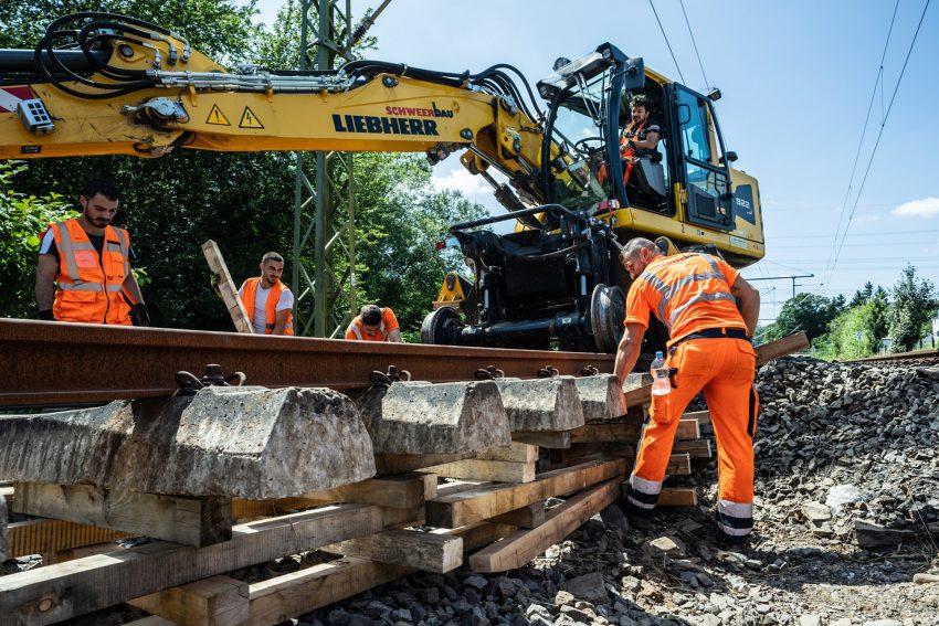 Nach der Flutkatastrophe im Juli 2021: Instandsetzungs-Arbeiten am Gleisbett der Deutschen Bahn.