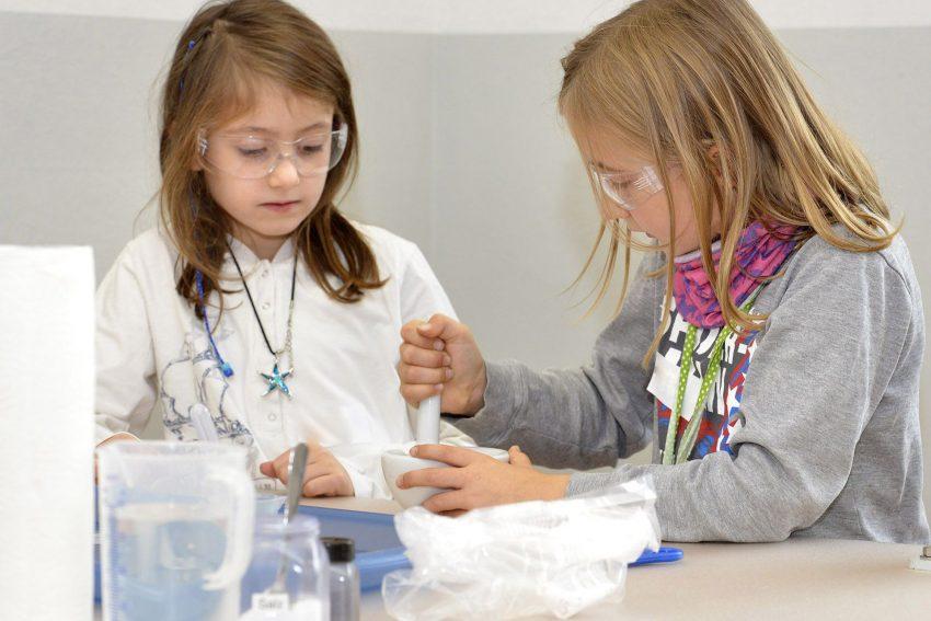 Im Evonik Science Camps extrahieren Jungforscher Duftstoffe aus Kakao, Früchten und Kräutern und erforschen ihre Eigenschaften.