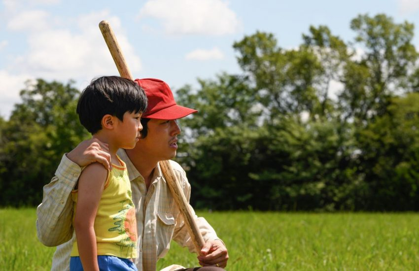 Jacob (Steven Yeun) zeigt seinem Sohn David (Alan S. Kim) das neuerworbene Land in Arkansas.