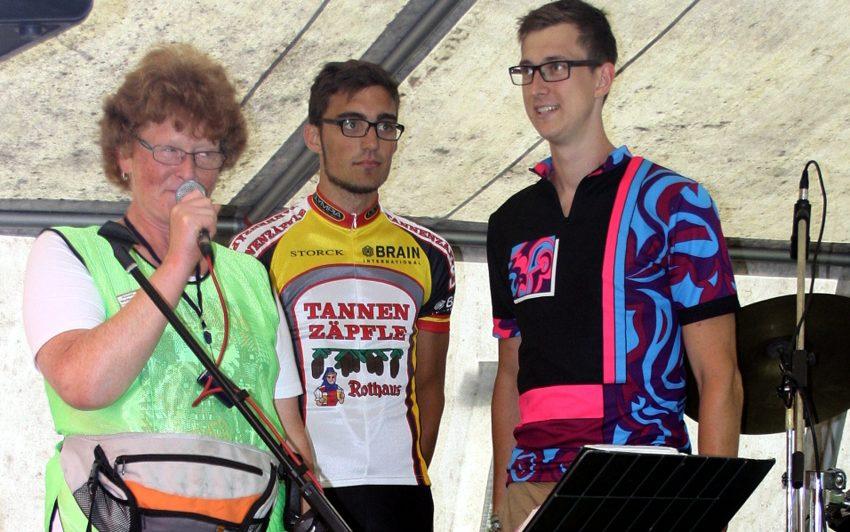 Anneli Wallbaum begrüßt die beiden Radler, die von Darmstadt nach Herne gefahren sind.