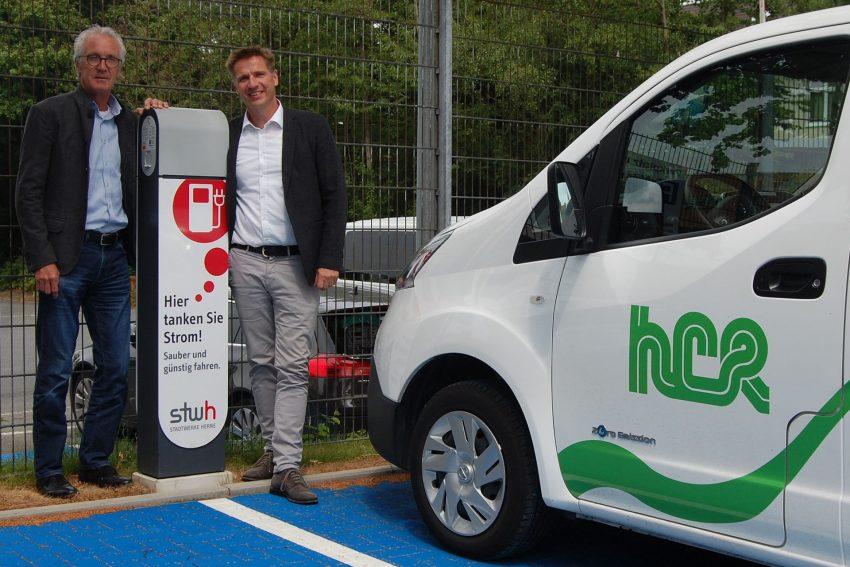 v.l. Dr. Jürgen Bock und Dirk Person freuen sich über die neuen E-Ladesäulen.
