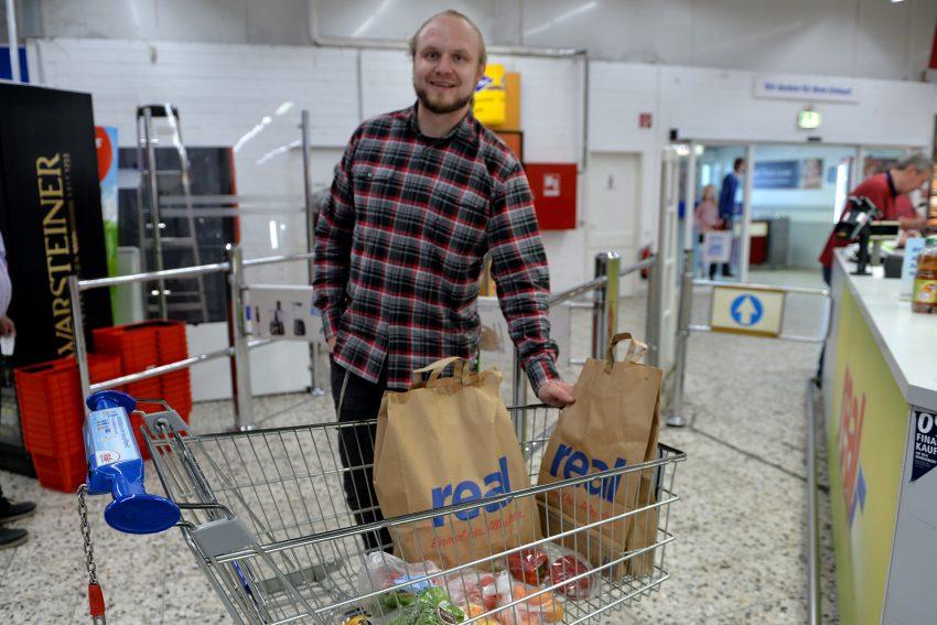 Der Lebensmittelretter Stefan Schmidt mit zwei Portionen die wer vor der Tonne gerettet hat.