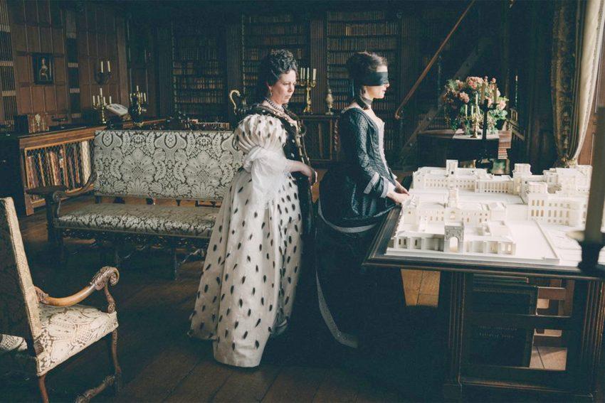 Im grotesken Historiendrama kämpfen Emma Stone, Rachel Weisz und Olivia Colman um den britischen Thron im 18. Jahrhundert.