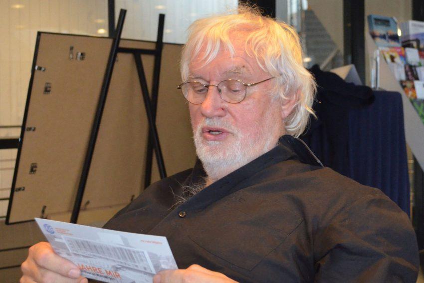 Bei der Lektüre des Jubiläumsprogramms: Dietrich Hilsdorf.