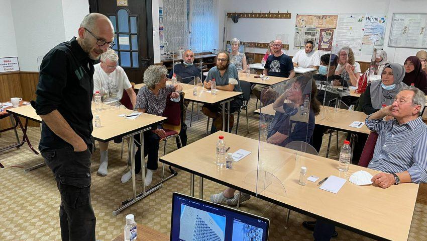 Historiker Ralf Piorr bei seinem Vortrag über Jüdisches Leben in der Islamischen Gemeinde.
