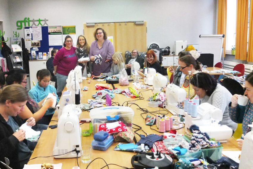 Mit Chiara Cremon und der gfi nähten rund 20 Frauen für zu früh geborene Kinder .