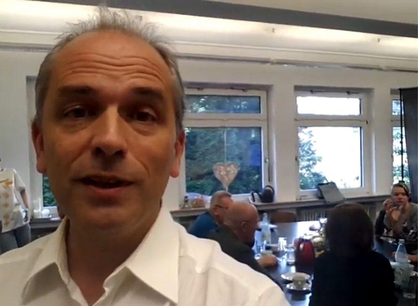 Kai Rüsberg produziert ein Video beim halloherne-Frühstück.