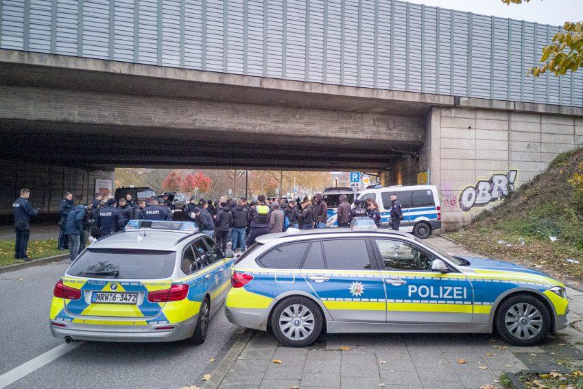 Polizei unterbindet Auseinandersetzung zwischen Fußballfans Vor der Fußballbegegnung zwischen dem SC Westfalia Herne 04 und Rot Weiss Ahlen ist es am Sonntag (17.11.2019), in Herne (NW), zu einer Auseinandersetzung zwischen anreisenden Fans gekommen. Rund 70 Fans aus Ahlen sind auf dem Weg zum Stadion mit rund 50 Fans aus Herne aufeinandergetroffen. Der Polizei gelang es, die beginnende Auseinandersetzung zu unterbinden und die Fans beider Lager voneinander zu trennen. Verletzt wurde nach ersten Erkenntnissen niemand. Nach der Durchführung von Identitätsfeststellungen haben die Kräfte Platzverweise ausgesprochen. Die beteiligten Gästefans wurden zum Bahnhof begleitet und der Bundespolizei übergeben. Die Ermittlungen dauern an.Im Bild: Polizei setzt auf der Bahnhofstraße an der Autobahnunterführung Fussbalfans zur Identitätsfesttellung fest.