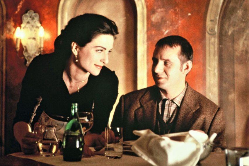 Die Kellnerin Seraphine (Martina Gedeck) umsorgt den schüchternen Schriftsteller Jakob Windisch (Joachim Król) liebevoll.