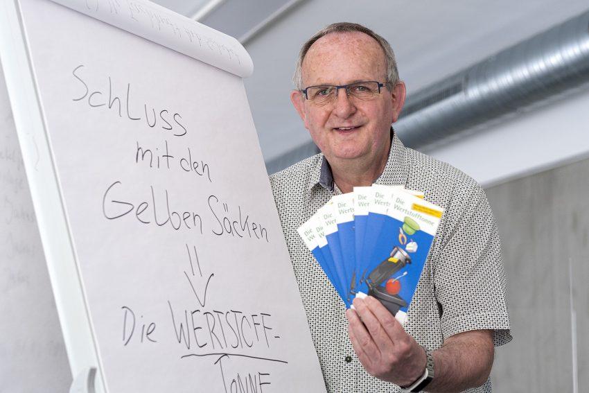Entsorgung Herne plant zum 1. Januar 2022 die Einführung der Wertstofftonne anstelle der Leichtstoffverpackungs-Sammlung über die gelben Säcke. Aufnahme am Wertstoffhof an der Südstraße in Herne (NW), am Donnerstag (17.06.2021). Im Bild: Horst Tschöke, Vorstand von Entsorgung Herne.
