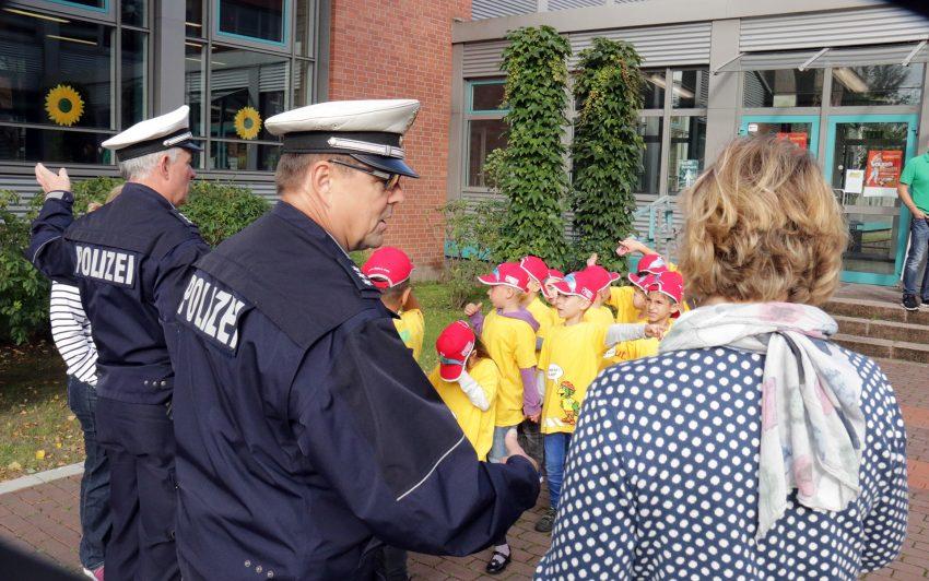 Polizisten erklären den Schulweg.
