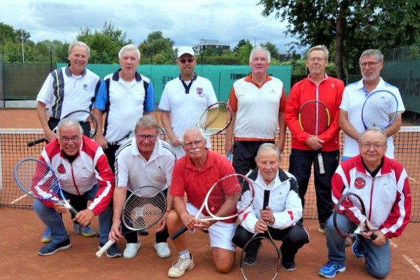 Die 1. (vorne) und die 2. (hinten) Mannschaft Herren 70 vom TC Emschertal.