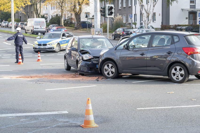 Schwerer Verkehrsunfall im Kreuzungsbereich Westring / Holsterhauser Straße in Herne (NW), am Dienstag (06.11.2018). Ein PKW Kia der aus Eickel kommend die Holsterhauser Straße befuhr, um nach links in den Westring abzubiegen, ist mit einem entgegenkomme