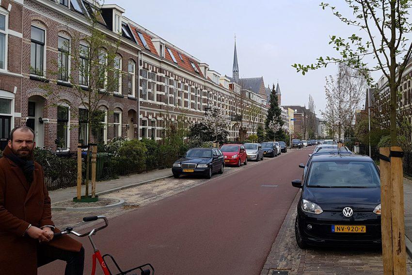 Grüner Ratsherr Quirijn Lokker auf einer Einbahnstraße, die in Getenrichtung nur von Radfahrern benutzt werden darf.