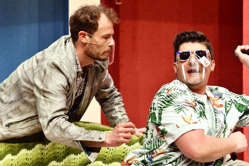 Lügen haben junge Beine. im Bild: Bigamist John (Mario Thomanek) ist ständig auf die kreative Hilfe seines Freundes und Nachbarn Stanley (Mike Kühne) angewiesen.
