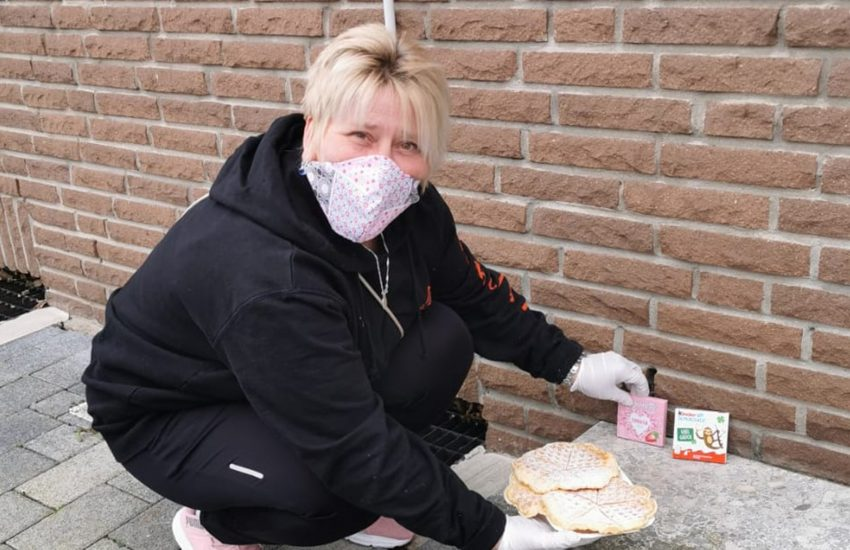 Katja Thiel, Mitarbeiterin des Jugendtreffs verteilt selbst gebackene Waffeln