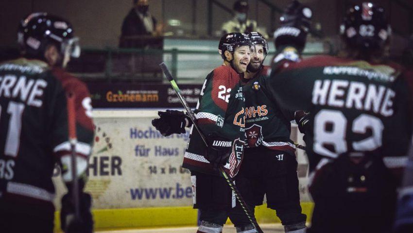 HEV gewinnt gegen EXA Icefighters Leipzig mit 7:2, Große Freude nach dem Treffer zum 1:0 bei Vorlagengeber Dennis Thielsch (22) und Torschütze Richard Mueller (19).
